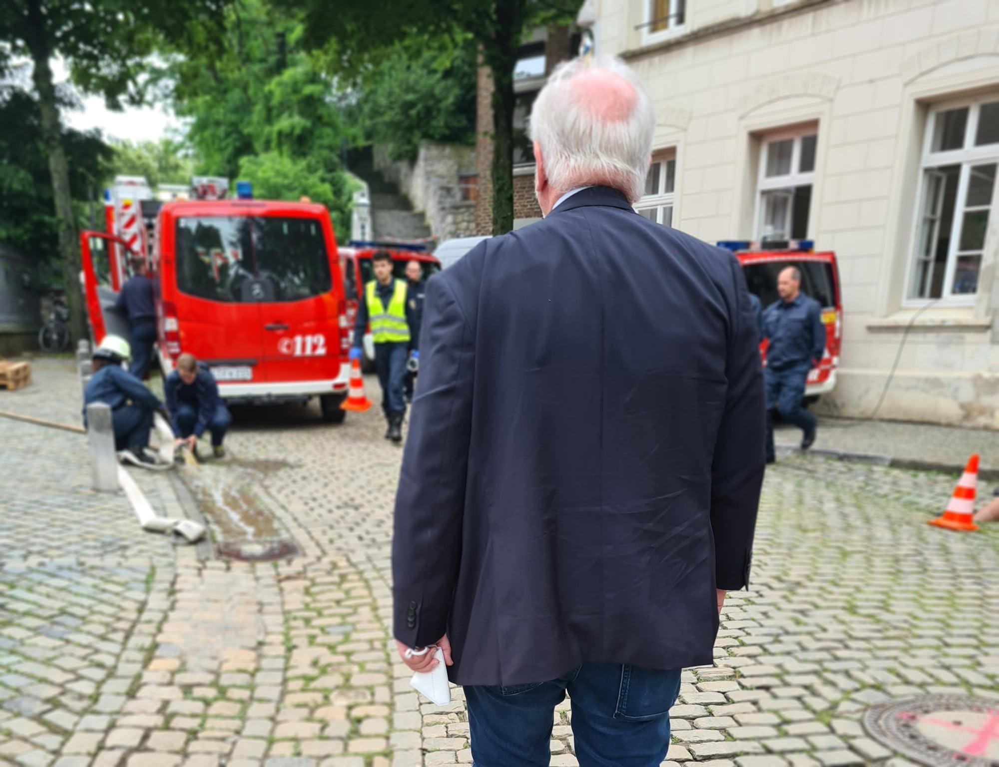 Rudolf Henke nach Hochwasser in Kornelimünster
